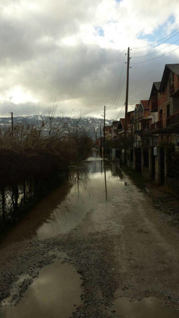 Përmbytet kjo lagje e Mislleshovës së Strugës, banorët e shqetësuar (FOTO)