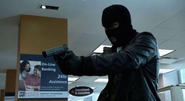 Plaçkitet marketi me armë në mes të qytetit