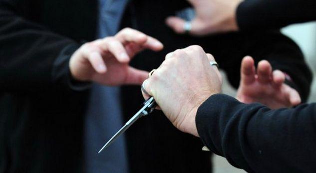 Sherr me thika në shkollë: Adoleshenti sulmon me thikë shokun e tij