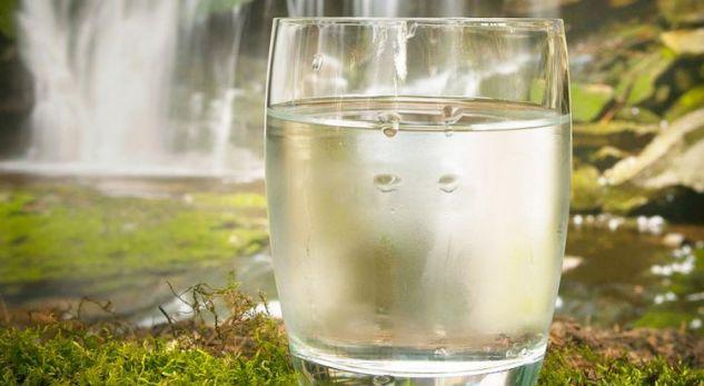 A duhet të pini 8 gota ujë në ditë , zbuloni disa të vërteta