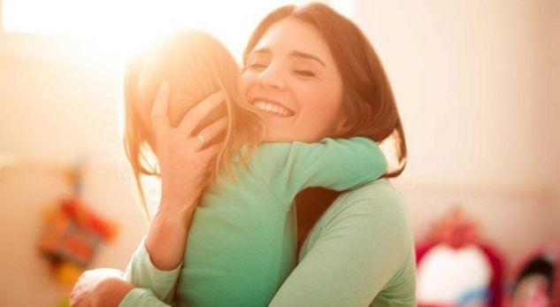 Katër arsye se përse duhet ta përqafoni fëmijën tuaj çdo ditë