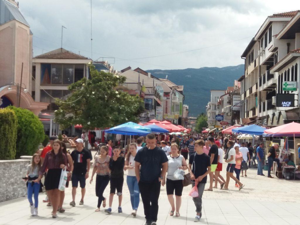 """Shumë """"intelektual"""" nga Struga janë bërë """"mashë"""" e partisë, heshtin për hallet e qytetit, kanë fëmijët në punë"""