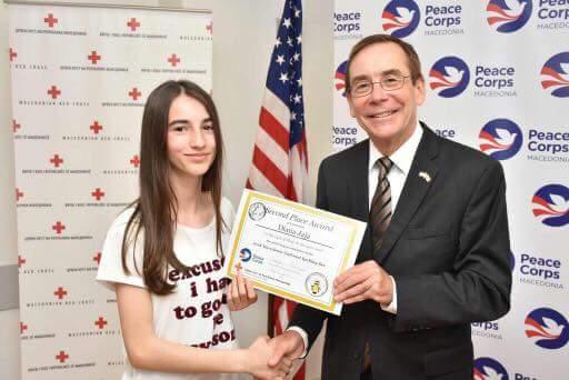 Djana Jaja nga Dollogozhda mori vendin e dytë për anglisht, mirënjohje nga ambasadori i Amerikës (FOTO)
