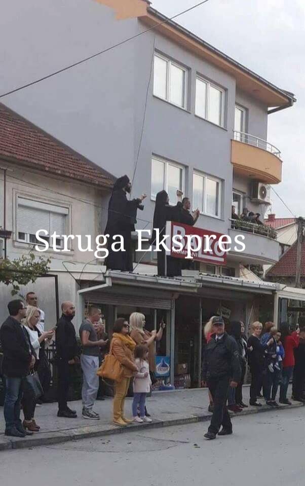 Prifterinjtë për festë bekuan qytetarët e Strugës nga çatia e marketit (FOTO LAJM)