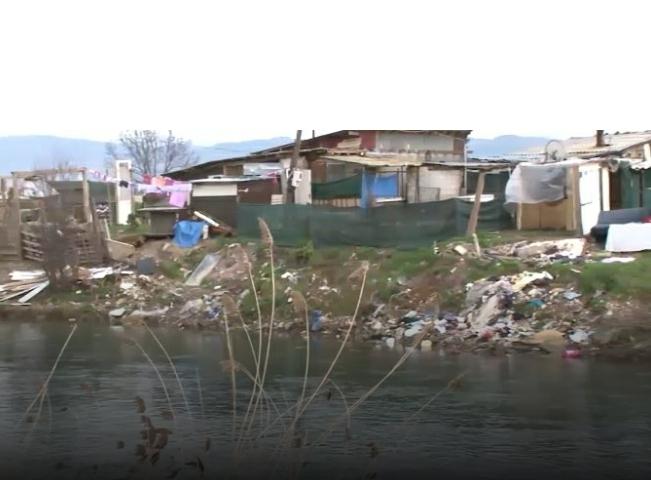 Strugë, lagjja e zhytur në mbeturina mirëpret turistët (VIDEO)
