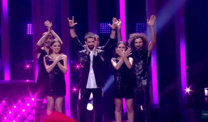 Bukuroshja që parakaloi me flamurin Kuq e Zi në hapjen e Eurovizionit (FOTO)