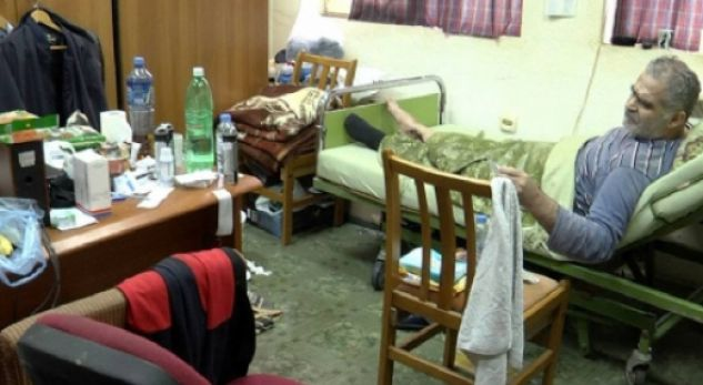 E rrallë: Drejtori i spitalit transformon zyrën në dhomë spitali (FOTO)