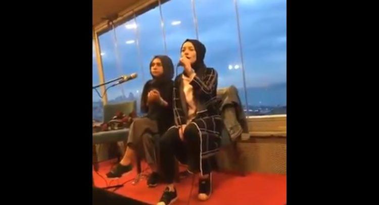 Pamje tragjike: Vdes para syve te publikut duke recituar Ilahi Islame! (VIDEO)