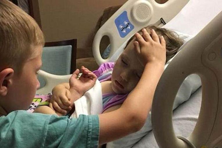 Fotoja që po trondit botën: Vëllai pranë të motrës që po vdes nga kanceri