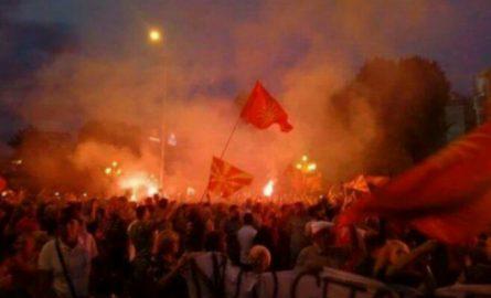 Flakë dhe eksplodime para Kuvendit në Shkup, protestohet kundër emrit (VIDEO)