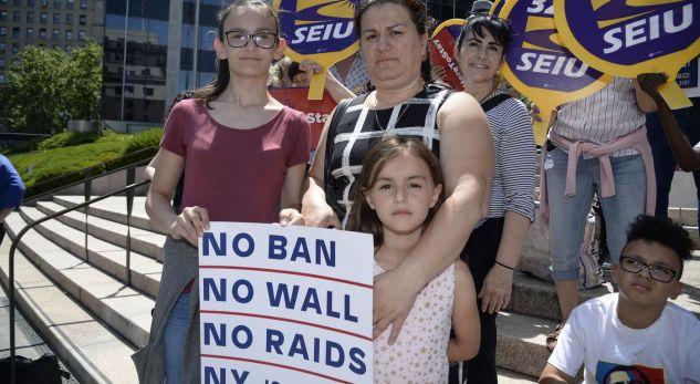 Shpërthen në lot nëna shqiptare, i shpëton deportimit nga SHBA