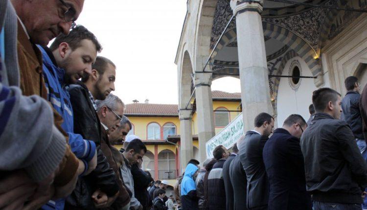Djali i dëshmorit vdes në xhami, pasi fali namazin e xhumasë (FOTO)