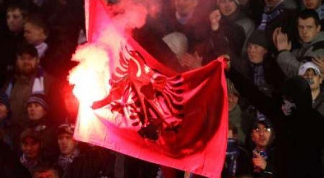 Tifozët serbë assesi ta pranojnë humbjen, nga inati ia vunë flakën flamurit kombëtar (VIDEO)