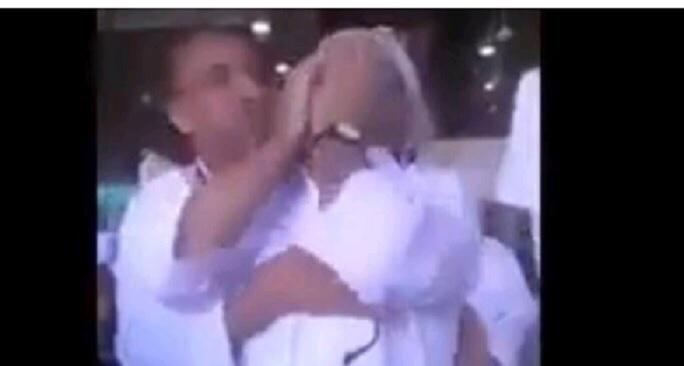 Mrekullia ndodhi: Në Qabe një burrit të verbër i kthehet shikimi në rekatin e fundit! (VIDEO)