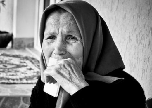 Letra e djalit për nënën do t'ju përlotë: Gruaja ime të rrihte e unë s'fola