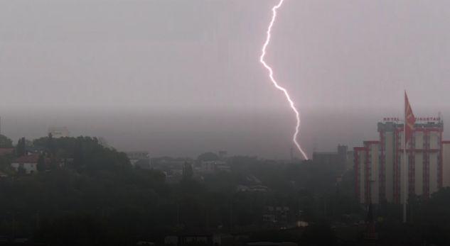 Reshje të fuqishme shiu dhe bubullima në Shkup (VIDEO)