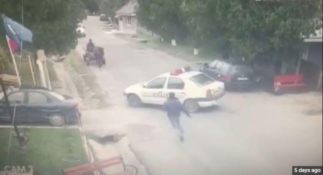 Polici harron t'a tërheq frenin e dorës, makina përfundon në kanal (VIDEO)