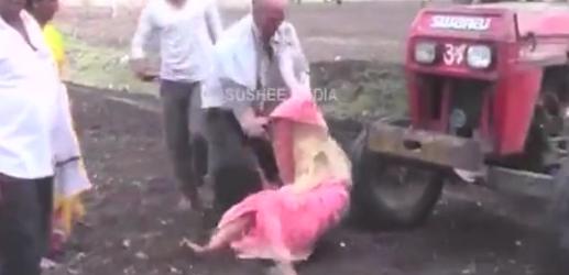 E tmerrshme: Ky burrë- plehrë i pashpirt hedh nënën para traktorit (VIDEO)