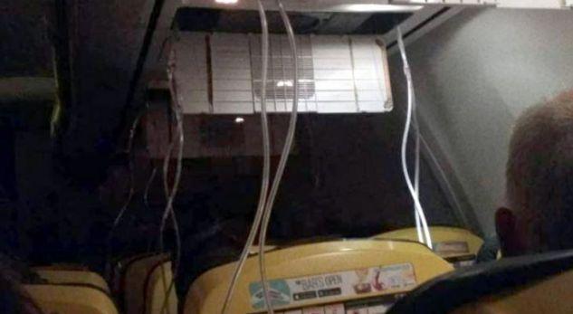 Tmerr në avion, pasagjerëve u del gjak nga veshët nga ulja emergjente