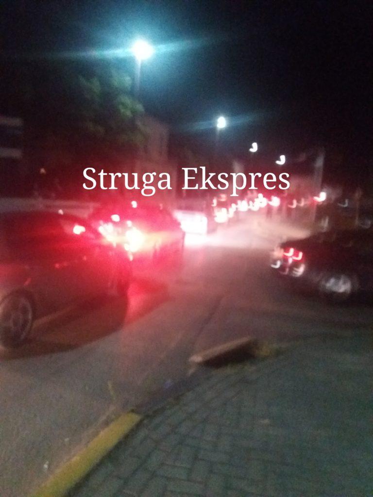 Sonte në Strugë ka radhë të gjata makinash, vështirë për t'u parkuar (FOTO)
