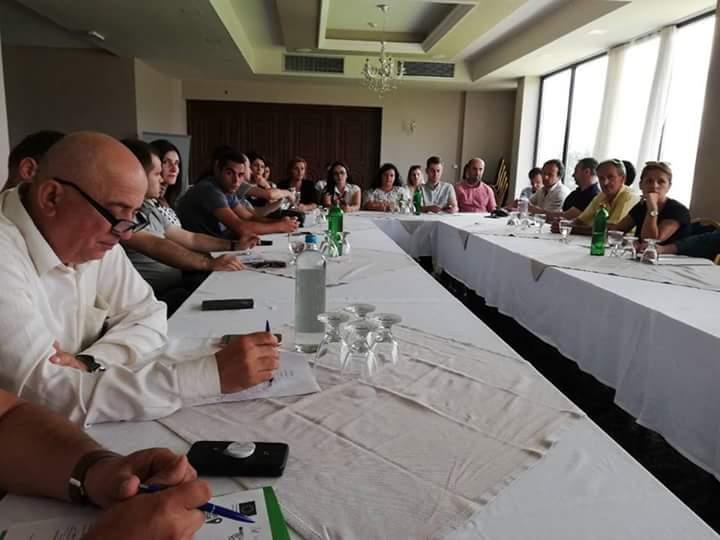 """Komuna e Strugës: Sot në Hotel Mirage u mbajt puntori njëditore në kuadër të projektit """"Përmirësimi i qeverisjes lokale"""" (FOTO)"""