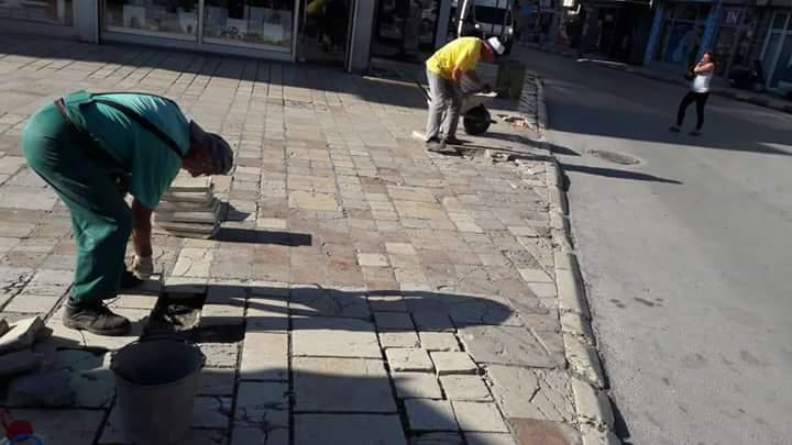Komunalja e Strugës largon pllakat e dëmtuara në korzon e Strugës, vendos pllaka të reja (FOTO)