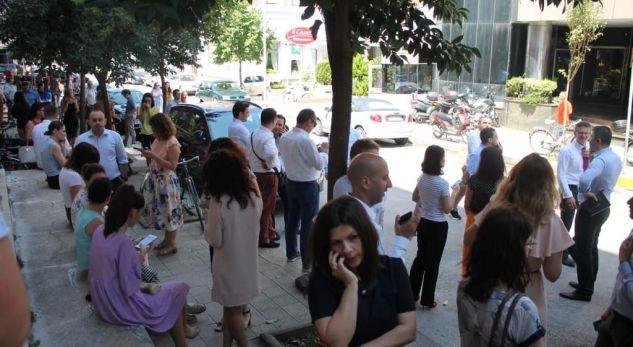 Shikoni se njerëzit dalin në rrugë të tmerruar pas tërmetit të fuqishëm në Tiranë (VIDEO)