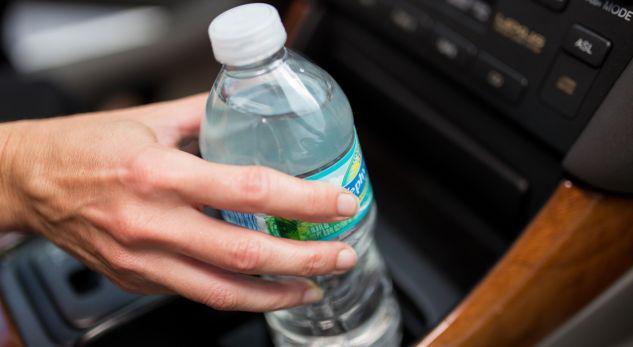 Mos gaboni të lini shishen me ujë në veturë gjatë verës, mund t'ju çojë në vdekje (VIDEO)