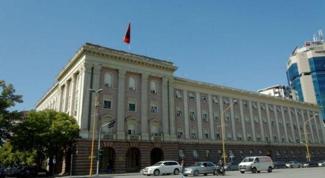 Tërmeti dëmton godinën e kuvendit shqiptar, deputetët dalin menjëherë në rrugë!
