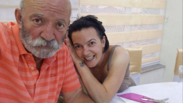 E dhimbshme: Çun Lajçi merr lajmin se vajza e tij e vdekur ka fituar llotarinë amerikane! (FOTO)