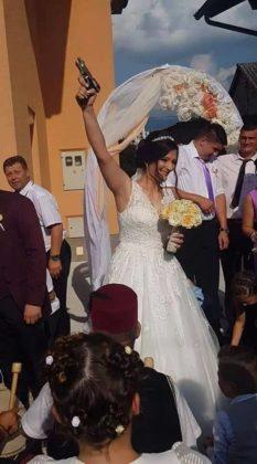 Nusja nga Kosova gjuan me armë në dasmën e saj (FOTO)