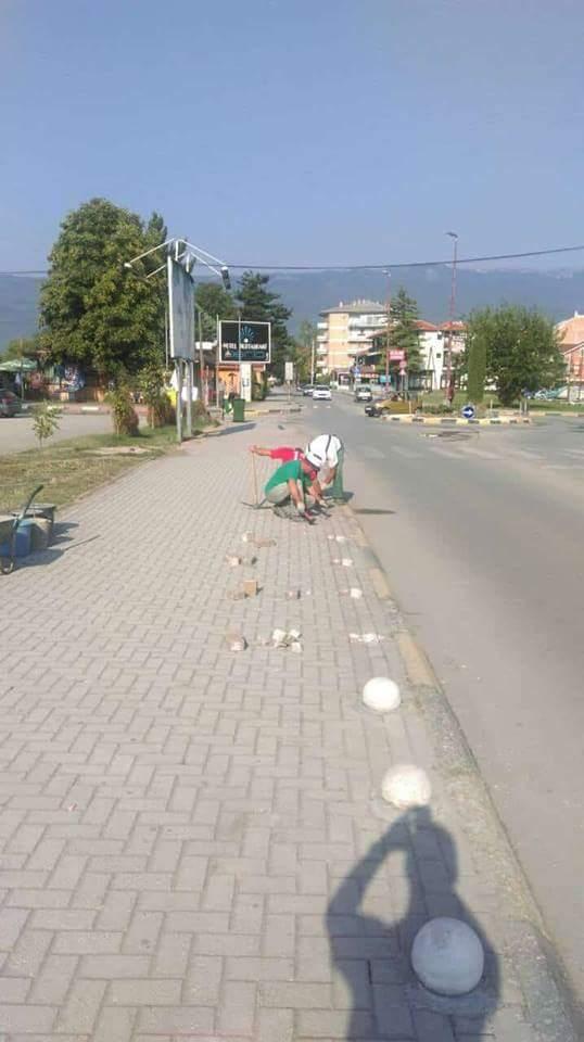 Komunalja e Strugës vendos topa betoni në trotuar që mos parkohen makinat (FOTO)