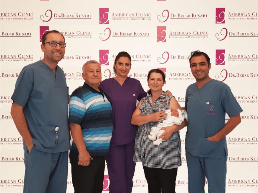 """Edhe pse 50 vjecarë nuk u ndal së besuari, Klinika Amerikane """"Dr. Behar Kusari"""" realizon ëndërrën e tyre të bëhen me fëmijën e parë!"""