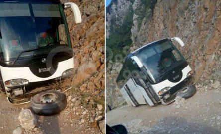 Në Librazhd aksidentohet autobusi me turist