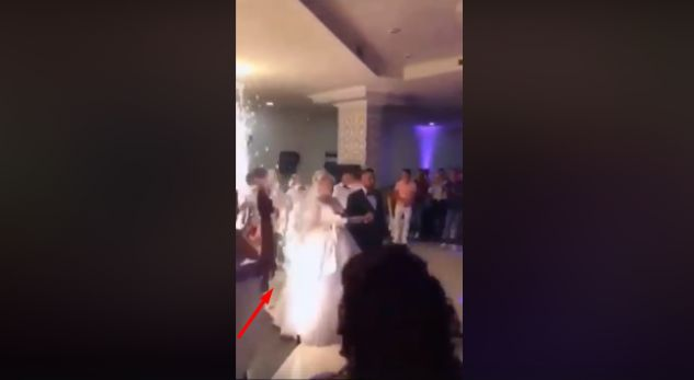 Nusja merrë flakë në një dasëm (VIDEO)