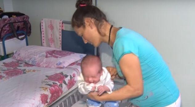 """Gruaja që """"sfidon"""" shqiptarët, sjell në jetë fëmijën e 8 (VIDEO)"""