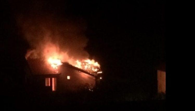 Zjarri shkrumbon shtëpinë në Rrajcë, familja me 6 anëtarë në qiell të hapur