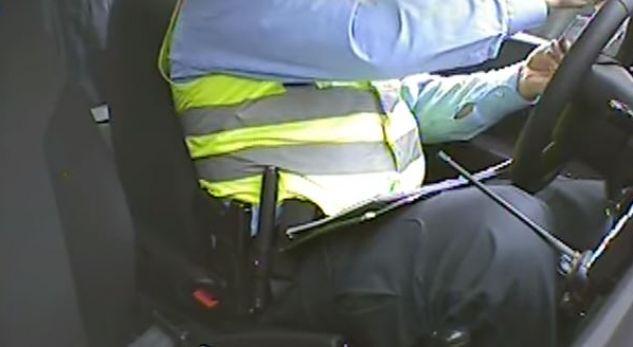 Skandal: Policët marrin para në dorë nga mërgimtari (VIDEO)