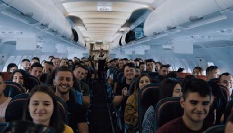 Muzikë shqiptare në Air Albania.Ja si shkoi fluturimi i parë (VIDEO)