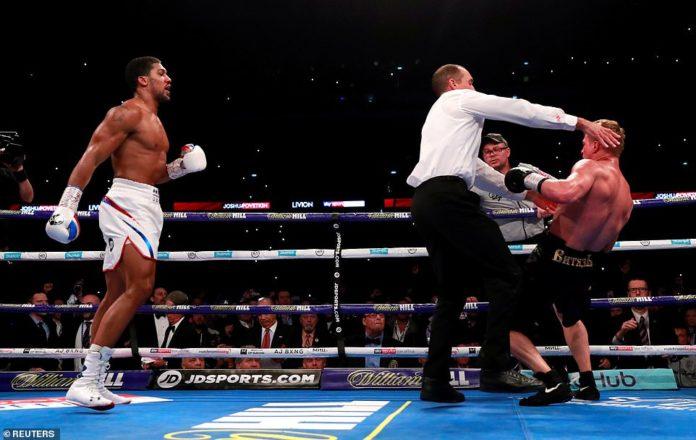 Pamje nga momenti i nokautimit të boksierit rus nga Joshua (VIDEO)