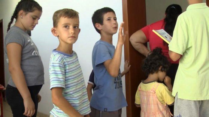 Anisa e vogël nga Dibra nuk ka rroba për të shkuar në shkollë, familja kërkon ndihmë (VIDEO)