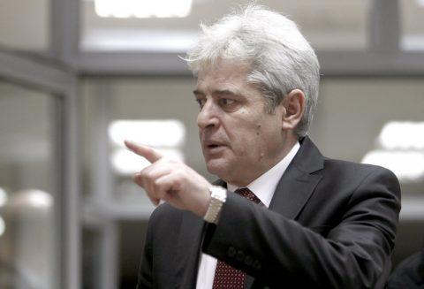 Gazetari shqiptar ia shtrin dorën e pajtimit Ali Ahmetit