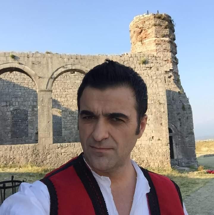 """Këngëtari i njohur strugan, Argjend Lloga vjen me videoklipin """"E bukura shqiptari"""" (VIDEO)"""