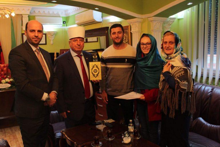 Maqedonasja Aneta Ivanova pranon fenë islame (FOTO)