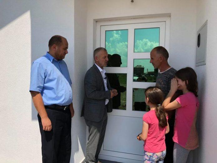 Hoxhë Halil Kastrati bën me shtëpi dy familje katolike