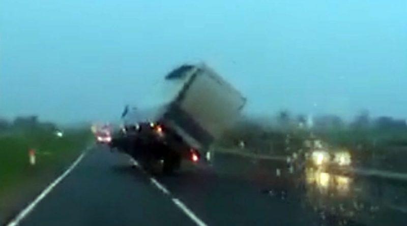 Era e fuqishme e çon në dy rrotë kamionin (VIDEO)