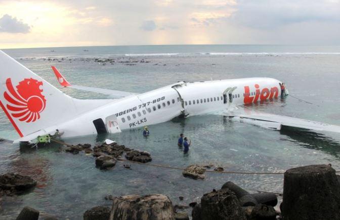 Aeroplani me pasagjerë rrëzohet në det