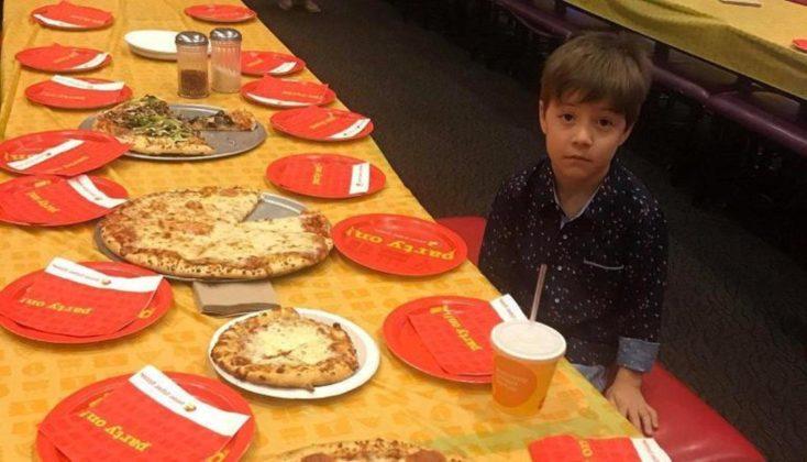 Fotografia e djalit që nuk i vjen asnjë shok në ditëlindje pushton internetin