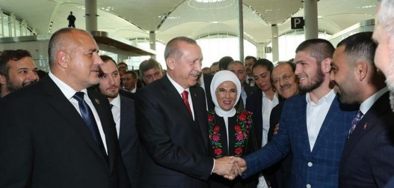 """Khabib i thotë Erdoganit: """"Jeni udhërrëfyes për botën muslimane"""" (VIDEO)"""