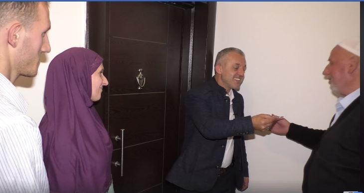 Halil Kastrati bën me banesë të re nënën me 5 femijët e saj jetim (VIDEO)